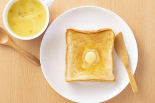 バタートーストとコーンポタージュスープの写真素材 [FYI04871690]