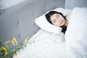 ベッドで眠っている女性の写真素材 [FYI04872079]