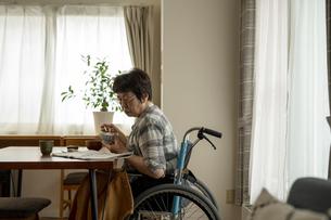 車椅子生活の写真素材 [FYI04872195]