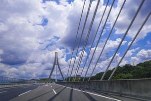 豊田アローズブリッジ、晴れた日に新東名から伊勢湾岸道をドライブの写真素材 [FYI04872398]