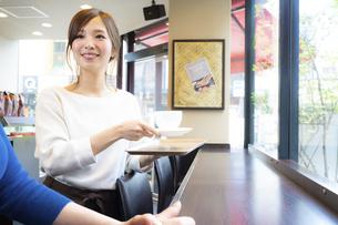 カフェでアルバイトする女の子の写真素材 [FYI04872408]