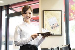 カフェでアルバイトする女の子の写真素材 [FYI04872409]