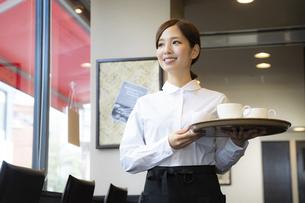 カフェでアルバイトする女の子の写真素材 [FYI04872413]