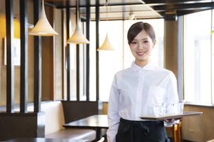 カフェでアルバイトする女の子の写真素材 [FYI04872414]