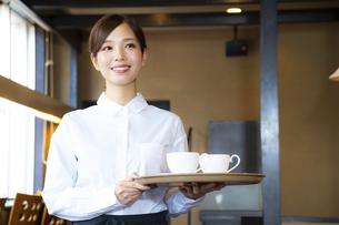 カフェでアルバイトする女の子の写真素材 [FYI04872418]