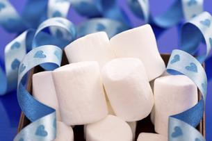 ホワイトデープレゼントのマシュマロの写真素材 [FYI04872525]