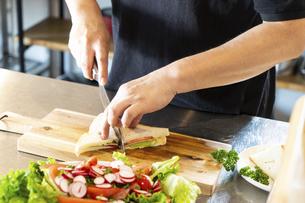 キッチンで料理を作る男性の写真素材 [FYI04872543]