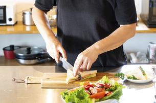 キッチンで料理を作る男性の写真素材 [FYI04872545]
