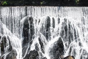 「愛知のナイアガラの滝」とも言われる迫力の長篠堰堤(ながしのえんてい)余水吐(よすいばき)の写真素材 [FYI04872548]