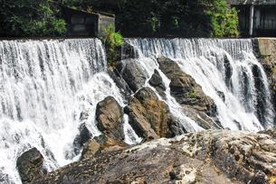 「愛知のナイアガラの滝」とも言われる迫力の長篠堰堤(ながしのえんてい)余水吐(よすいばき)の写真素材 [FYI04872550]