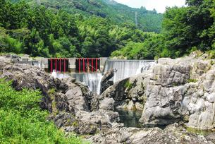 「愛知のナイアガラの滝」とも言われる迫力の長篠堰堤(ながしのえんてい)余水吐(よすいばき)の写真素材 [FYI04872551]