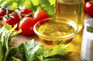 オリーブオイルと野菜の写真素材 [FYI04872597]