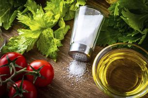 塩と新鮮な野菜の写真素材 [FYI04872605]