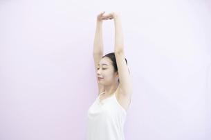 ストレッチする女性の写真素材 [FYI04872619]