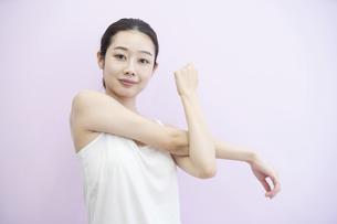 ストレッチする女性の写真素材 [FYI04872621]