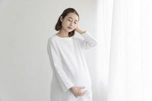 頭痛を感じる妊婦の写真素材 [FYI04872634]