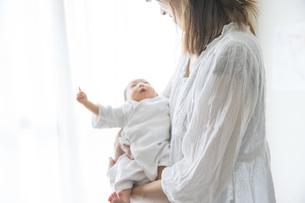 新生児(0歳0ヶ月)とお母さんの写真素材 [FYI04872651]