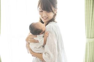 新生児(0歳0ヶ月)とお母さんの写真素材 [FYI04872660]