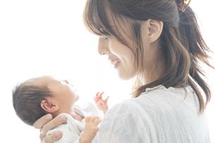 新生児(0歳0ヶ月)とお母さんの写真素材 [FYI04872664]