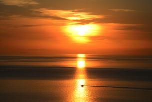 瀬戸内海国立公園、燧灘から朝日登るの写真素材 [FYI04872770]