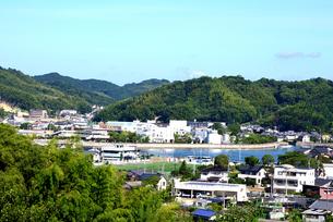 今治市、来島の山並みと街並みの写真素材 [FYI04872792]