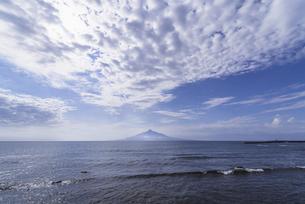 雲と海に囲まれた利尻富士の写真素材 [FYI04872884]