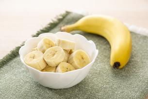 カットしたバナナの写真素材 [FYI04872893]