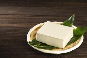 竹笊にのせた豆腐の写真素材 [FYI04872907]