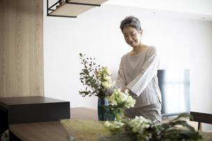 花を活ける日本人シニア女性の写真素材 [FYI04873014]