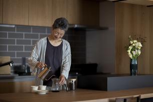 コーヒーを淹れる日本人シニア女性の写真素材 [FYI04873015]