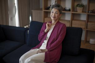 ソファに座る日本人シニア女性の写真素材 [FYI04873019]
