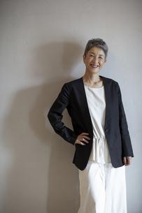 笑顔のシニア世代日本人キャリアウーマンの写真素材 [FYI04873029]