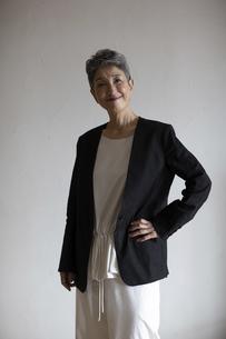 シニア世代日本人キャリアウーマンのポートレートの写真素材 [FYI04873031]