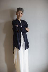 腕組みする日本人シニア女性の写真素材 [FYI04873032]
