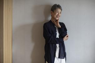 笑顔の日本人シニア女性の写真素材 [FYI04873033]