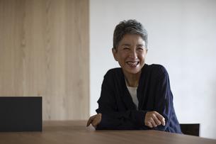 笑顔の日本人シニア女性の写真素材 [FYI04873035]