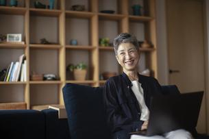 ノートパソコンを操作する日本人シニア女性の写真素材 [FYI04873039]
