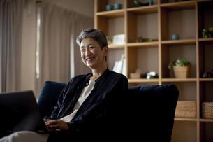 ノートパソコンを操作する日本人シニア女性の写真素材 [FYI04873040]