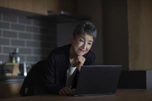 ノートパソコンを操作する日本人シニア女性の写真素材 [FYI04873041]