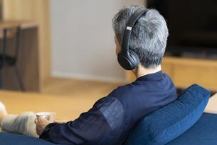 ヘッドホンで音楽を聴く日本人シニア女性の写真素材 [FYI04873051]