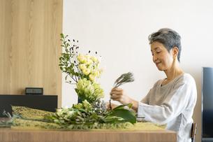 花を活ける日本人シニア女性の写真素材 [FYI04873053]