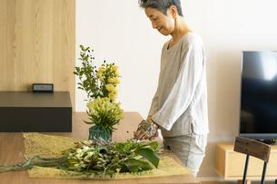 花を活ける日本人シニア女性の写真素材 [FYI04873055]
