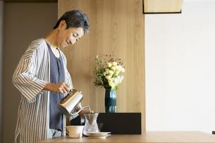 コーヒーを淹れる日本人シニア女性の写真素材 [FYI04873058]
