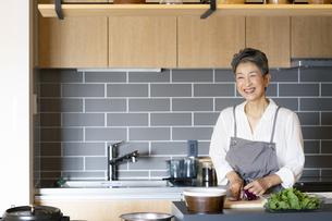料理をする日本人シニア女性の写真素材 [FYI04873059]