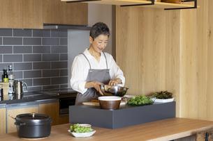 料理をする日本人シニア女性の写真素材 [FYI04873125]