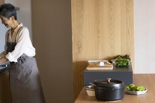 料理をする日本人シニア女性の写真素材 [FYI04873126]