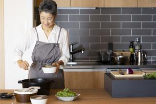 料理をする日本人シニア女性の写真素材 [FYI04873128]