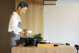 料理をする日本人シニア女性の写真素材 [FYI04873130]