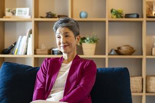 ソファに座る日本人シニア女性の写真素材 [FYI04873133]