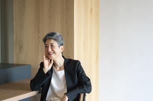 笑顔のシニア世代日本人キャリアウーマンの写真素材 [FYI04873137]